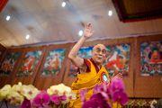 Его Святейшество Далай-лама приветствует собравшихся, более 200 тысяч человек, во время торжественной церемонии в завершающий день посвящения Калачакры. Бодхгая, Индия. 10 января 2012. Фото: Тенизн Чойджор (офис ЕСДЛ)