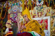 Его Святейшество Далай-лама во время подношения молебна о долголетии в завершающий день посвящения Калачакры. Бодхгая, Индия. 10 января 2012. Фото: Тенизн Чойджор (офис ЕСДЛ)