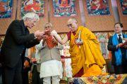 """Его Святейшество Далай-лама вручает Ричарду Гиру, главным министрам штатов Бихар и Аруначал-Прадеш свою новую книгу """"За пределами религий"""", только что опубликованную в Индии. Бодхгая, Индия. 10 января 2012. Фото: Тенизн Чойджор (офис ЕСДЛ)"""