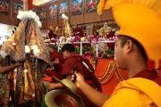 Оракулы Нечунга и Гадона приветствуют Его Святейшество Далай-ламу. 10 января 2012. Бодхгая, Индия. Фото: Игорь Янчеглов