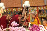 Оракул Гадонга подносит церемониальный шарф (хадак) 17-му Кармапе, приглашая его к трону Его Святейшества Далай-ламы. 10 января 2012. Бодхгая, Индия. Фото: Игорь Янчеглов