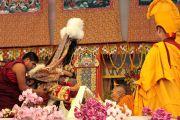 Оракул Гадонга подносит церемониальный шарф (хадак) главе школы Гелуг Ризонгу Ринпоче, приглашая его к трону Его Святейшества Далай-ламы. 10 января 2012. Бодхгая, Индия. Фото: Игорь Янчеглов