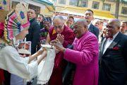 Его Святейшество Далай-лама и архиепископ Туту принимают традиционные тибетские подношения по прибытии в главный тибетский храм в Дхарамсале, Индия. 10 февраля 2012. Фото: Тензин Чойджор (офис ЕСДЛ)