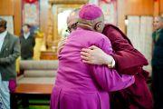 Его Святейшество Далай-лама и архиепископ Десмонд Туту по завершении встречи в резиденции Его Святейшества. Дхарамсала, Индия. 10 февраля 2012. Фото: Тензин Чойджор (офис ЕСДЛ)