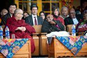 Его Святейшество Далай-лама и архиепископ Туту во время приветственной церемонии в главном тибетском храме. Дхарамсала, Индия. 10 февраля 2012. Фото: Тензин Чойджор (офис ЕСДЛ)