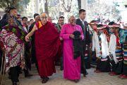 Архиепископ Туту, его супруга Леа Туту и Его Святейшество Далай-лама идут к главному тибетскому храму. Дхарамсала, Индия. 10 февраля 2012. Фото: Тензин Чойджор (офис ЕСДЛ)
