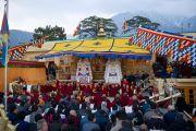 Его Святейшество Далай-лама, монахи монастыря Намгьял и гости во время молебна по случаю тибетского нового года на крыше главного тибетского храма. Дхарамсала, Индия. 22 февраля 2012. Фото: Тензин Чойджор (Офис ЕСДЛ)