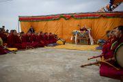 Его Святейшество Далай-лама и монахи монастыря Намгьял во время молебна по случаю тибетского нового года на крыше главного тибетского храма. Дхарамсала, Индия. 22 февраля 2012. Фото: Тензин Чойджор (Офис ЕСДЛ)