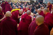 Настоятель монастыря Намгьял совершает традиционные подношения Его Святейшеству Далай-ламе по время молебна по случаю тибетского нового года на крыше главного тибетского храма. Дхарамсала, Индия. 22 февраля 2012. Фото: Тензин Чойджор (Офис ЕСДЛ)
