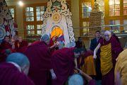 Его Святейшество Далай-лама в главном тибетском храме после молебна по случаю тибетского нового года. Дхарамсала, Индия. 22 февраля 2012. Фото: Тензин Чойджор (Офис ЕСДЛ)