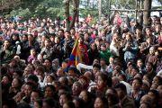 Члены тибетского сообщества собрались во дворе главного тибетского храма на молебен по случаю тибетского нового года. Дхарамсала, Индия. 22 февраля 2012. Фото: Тензин Чойджор (Офис ЕСДЛ)