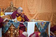 Его Святейшество Далай-лама во время молебна по случаю тибетского нового года на крыше главного тибетского храма. Дхарамсала, Индия. 22 февраля 2012. Фото: Тензин Чойджор (Офис ЕСДЛ)
