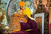 Его Святейшество Далай-лама во время молебна по случаю тибетского нового года в главном тибетском храме. Дхарамсала, Индия. 22 февраля 2012. Фото: Тензин Чойджор (Офис ЕСДЛ)