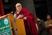 Его Святейшество Далай-лама выступает на конференции Индийской ассоциации социальной и профилактической медицины. Кангра, Индия. 28 февраля 2012. Фото: Тензин Чойджор (Офис ЕСДЛ)