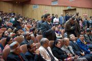 Участник конференции Индийской ассоциации социальной и профилактической медицины задает вопрос Его Святейшеству Далай-ламе. Кангра, Индия. 28 февраля 2012. Фото: Тензин Чойджор (Офис ЕСДЛ)
