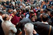 Его Святейшество Далай-лама общается с участниками конференции Индийской ассоциации социальной и профилактической медицины. Кангра, Индия. 28 февраля 2012. Фото: Тензин Чойджор (Офис ЕСДЛ)