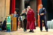 Его Святейшество Далай-лама приветствует аудиторию в государственном медицинском колледже им. Раджендры Прасада. Кангра, Индия. 28 февраля 2012. Фото: Тензин Чойджор (Офис ЕСДЛ)