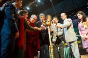 Его Святейшество Далай-лама вместе с другими участиниками зажигают светильник в ознаменование начала работы конференции Индийской ассоциации социальной и профилактической медицины. Кангра, Индия. 28 февраля 2012. Фото: Тензин Чойджор (Офис ЕСДЛ)