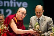 Его Святейшество Далай-лама вручает памятный сувенир В.М. Каточу, директору государственного медицинского колледжа им. Раджендры Прасада. Кангра, Индия. 28 февраля 2012. Фото: Тензин Чойджор (Офис ЕСДЛ)