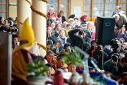 Фоторепортеры за работой во время учений Его Святейшества Далай-ламы по Джатакам. Дхарамсала, Индия. 8 марта 2012 г. Фото: Тензин Чойджор (Офис ЕСДЛ)