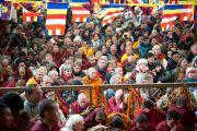 На учения по Джатакам Его Святейшества Далай-ламы в главном тибетском храме Дхарамсалы собрались несколько тысяч человек. Дхарамсала, Индия. 8 марта 2012 г. Фото: Тензин Чойджор (Офис ЕСДЛ)