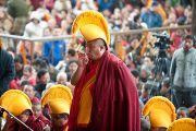Перед началом учений Его Святейшества Далай-ламы по Джатакам. Мастер пения возглавляет молебен. Дхарамсала, Индия. 8 марта 2012 г. Фото: Тензин Чойджор (Офис ЕСДЛ)