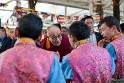 Его Святейшество Далай-лама здоровается с участниками школьного музыкального ансамбля Тибетской детской деревни во дворе главного храма перед началом торжественной церемонии, посвященной 53-й годовщине Тибетского народного восстания. Дхарамсала, Индия. 10 марта 2012 г. Фото: Тензин Чойджор (Офис ЕСДЛ)