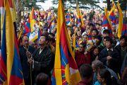 Лобсанг Сенге, глава Центральной тибетской администрации, поднимает тибеский государственный флаг перед началом торжественной церемонии, посвященной 53-й годовщине Тибетского народного восстания. Дхарамсала, Индия. 10 марта 2012 г. Фото: Тензин Чойджор (Офис ЕСДЛ)