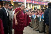 Его Святейшество Далай-лама приветствует учащихся школы Тибетской детской деревни, выступавших на торжественной церемонии, посвященной 53-й годовщине Тибетского народного восстания. Дхарамсала, Индия. 10 марта 2012 г. Фото: Тензин Чойджор (Офис ЕСДЛ)