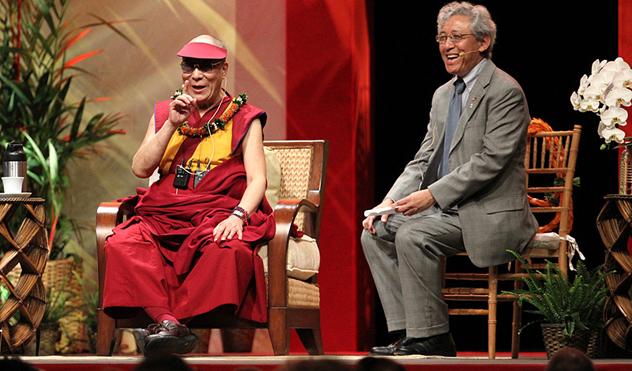 На встрече со студентами в университете штата Гавайи Далай-лама говорил о воспитании сердца и развитии ума