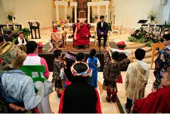 Его Святейшество Далай-лама выступил с лекциями о ненасилии и межрелигиозном диалоге в университете Лойола