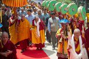 Его Святейшество Далай-ламу встречают в монастыре Сангто Пелри в Ревалсаре (Цо Пема). Штат Химчмл-Прадеш, Индия. 2 апреля 2012. Фото: Тензин Чойджор (Офис ЕСДЛ)