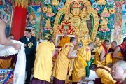 Его Святейшество Далай-лама вручает дипломы выпускникам, окончившим программу обучения в монастыре Сангто Пелри в Ревалсаре (Цо Пема). Штат Химчмл-Прадеш, Индия. 2 апреля 2012. Фото: Тензин Чойджор (Офис ЕСДЛ)