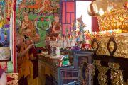 Его Святейшество Далай-лама зажигает масляные светильники во время церемонии освящения в монастыре Сангто Пелри в Ревалсаре (Цо Пема). Штат Химчмл-Прадеш, Индия. 2 апреля 2012. Фото: Тензин Чойджор (Офис ЕСДЛ)
