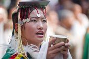 Тибетская женщина совершает традиционное подношение Его Святейшеству Далай-ламе во время его визита в монастырь Сангто Пелри в Ревалсаре (Цо Пема). Штат Химчмл-Прадеш, Индия. 2 апреля 2012. Фото: Тензин Чойджор (Офис ЕСДЛ)