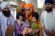 Его Святейшество Далай-лама во время посещения сикхского храма в Ревалсаре (Цо Пема). Штат Химачал-Прадеш, Индия. 3 апреля 2012 г. Фото: Тензин Чойджор (Офис ЕСДЛ)