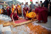 Его Святейшество Далай-лама совершает простирания перед входом в монастырь Пел Вагмин Зигар Оргьен Чойкорлинг в Ревалсаре (Цо Пема). Штат Химачал-Прадеш, Индия. 3 апреля 2012 г. Фото: Тензин Чойджор (Офис ЕСДЛ)