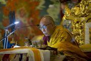 Его Святейшество Далай-лама во время учений в монастыре Чиме Гастал Линг в Сидхбари. Штат Химачал-Прадеш, Индия. 4 апреля 2012. Фото: Тензин Чойджор (Офис ЕСДЛ)