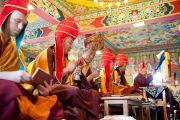 Старшие монахи монастыря Чиме Гастал Линг во время молебна о долголетии Его Святейшества Далай-ламы. Штат Химачал-Прадеш, Индия. 4 апреля 2012. Фото: Тензин Чойджор (Офис ЕСДЛ)