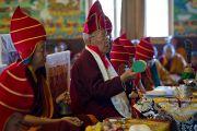 Камтрул Ринпоче во сремя церемонии подношения молебна о долголетии Его Святейшества Далай-ламы в монастыре Чиме Гастал Линг в Сидхбари. Штат Химачал-Прадеш, Индия. 4 апреля 2012. Фото: Тензин Чойджор (Офис ЕСДЛ)