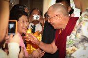 В аэропорту Его Святейшество Далай-ламу тепло приветствовали местные жители. Гонолулу, Гавайи. 13 апреля 2014 г. Фото: Eye of the Island Photography