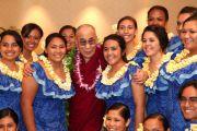 В честь Его Святейшества Далай-ламы учащиеся школы Камеамеа исполнили приветственную песню и танец. Гонолулу, Гавайи. 13 апреля 2014 г. Фото: Eye of the Island Photography