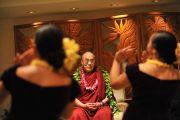 Его Святейшество Далай-лама с участницами ансамбля школы Камеамеа. Гонолулу, Гавайи. 13 апреля 2014 г. Фото: Eye of the Island Photography