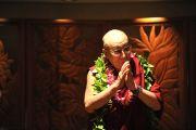 Его Святейшество Далай-лама приветствует встречающих в аэропорту Гонолулу. Гонолулу, Гавайи. 13 апреля 2014 г. Фото: Eye of the Island Photography