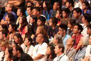 Около 9500 студентов, обучающихся в различных учебных заведениях штата Гавайи собрались на встречу с Его Святейшеством Далай-ламой. О-в Оаху, Гавайи. 14 апреля 2012 г. Фото: Eye of the Islands Photography