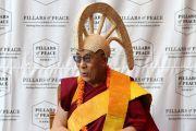 Во время посещений музея Бишопа Его Святейшеству подарили традиционный гавайский шлем махиоле. О-в Оаху, Гавайи. 14 апреля 2012 г. Фото: Eye of the Islands Photography