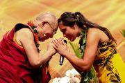 Его Святейшество Далай-лама с участницей музыкальной группы, выступавшей после публичной лекции Далай-ламы в университете штата Гавайи. О-в Оаху, Гавайи. 14 апреля 2012 г. Фото: Eye of the Islands Photography