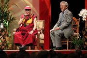 Его Святейшество Далай-лама отвечает на вопросы слушателей во время встречи со студентами. О-в Оаху, Гавайи. 14 апреля 2012 г. Фото: Eye of the Islands Photography