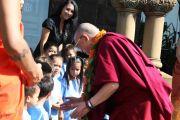В музее Бишопа, крупнейшем музее штата Гавайи, Его Святейшество Далай-ламу встречали дети-дошкольники, которые исполнили для него приветственную песню. О-в Оаху, Гавайи. 14 апреля 2012 г. Фото: Eye of the Islands Photography