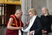 Его Святейшество Далай-лама по тибетской традиции преподносит белый церемониальный шарф (хадак) принцессе Абигейл Хавананакоа, наследнице королевской династии, долгое время правившей на Гавайях. О-в Оаху, Гавайи. 14 апреля 2012 г. Фото: Eye of the Islands Photography